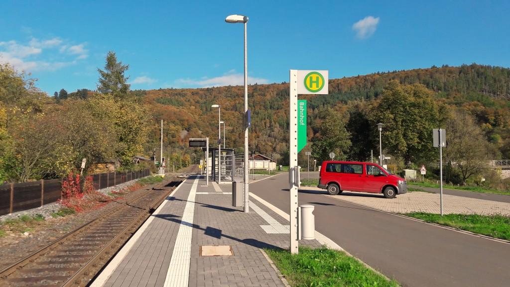 Schmittlotheim: Moderner Umsteige-Bahnhof im Kleinformat